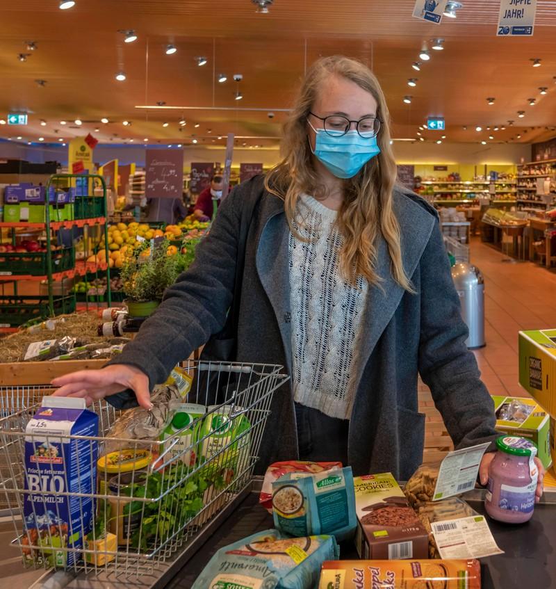 Beim Einkaufen ist die Maske immer noch Pflicht, aber wie bringt man sie am sichersten in den Supermarkt?