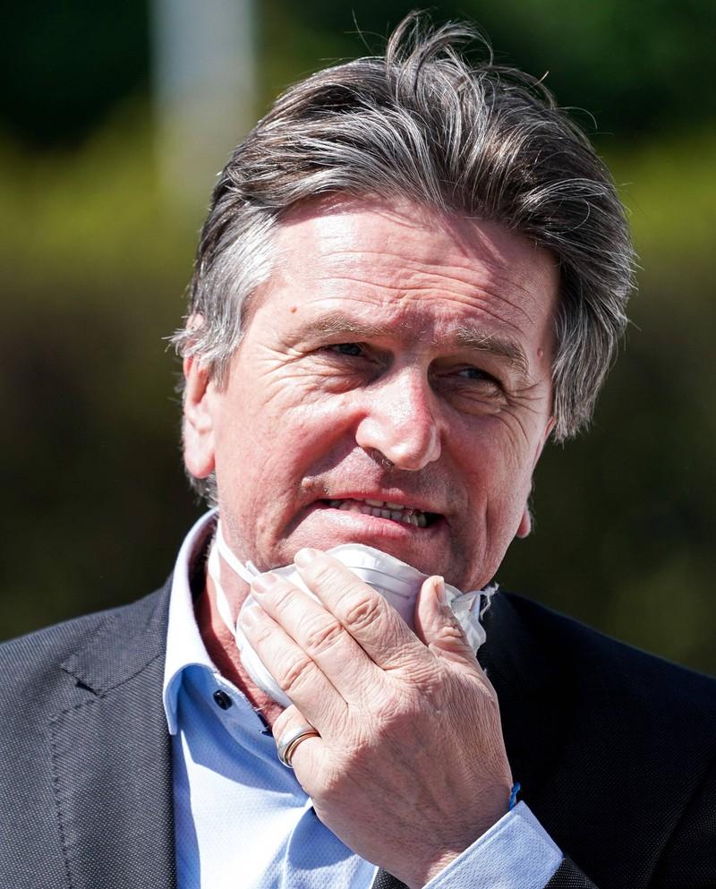 Den Mundschutz so wie (auf diesem Bild) Gesundheitsminister aus Baden-Württemberg, Manfred Lucha, zu tragen, ist sehr riskant.