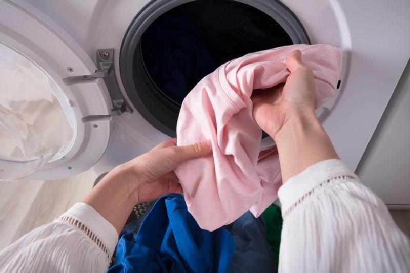 In der Waschmaschine können auch Löcher in den T-Shirts entstehen.