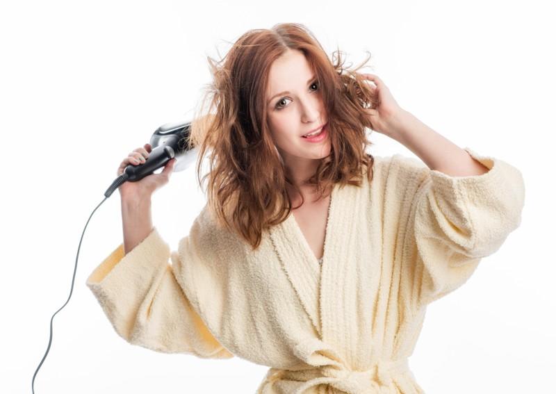Wenige wissen, warum man die Haare kalt föhnen sollte.