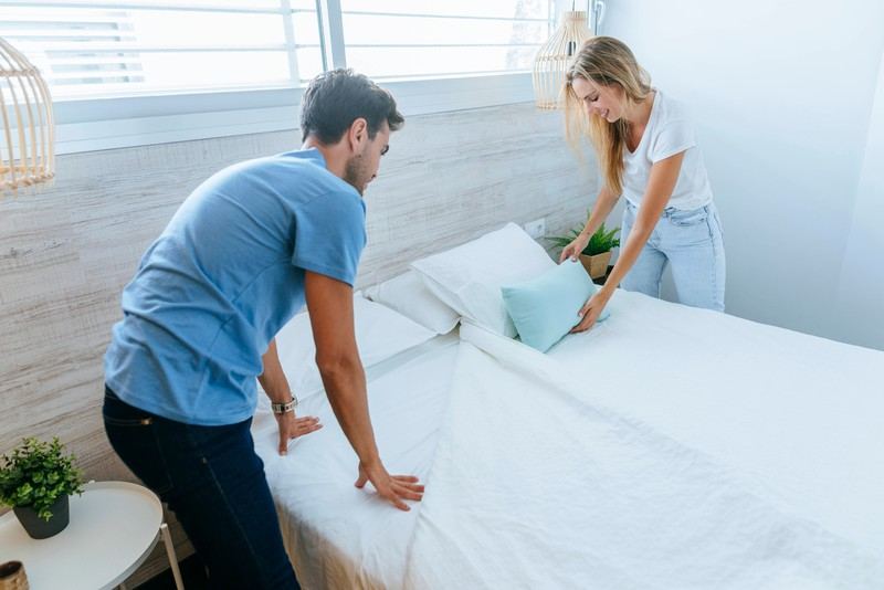 Man sollte regelmäßig die Bettwäsche beziehen, um Hygienefehler zu vermeiden.