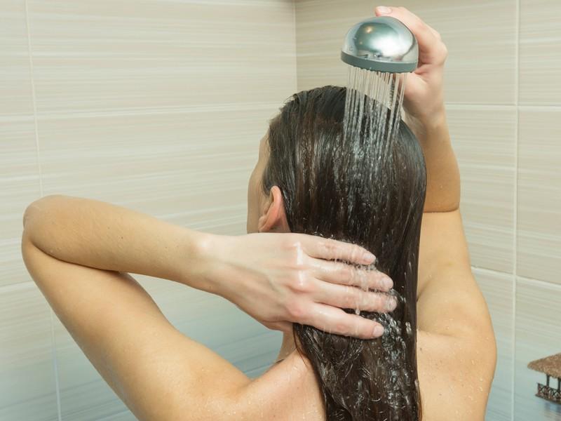 Man sollte sich im Sommer lauwarm duschen, bevor man ins Bett geht