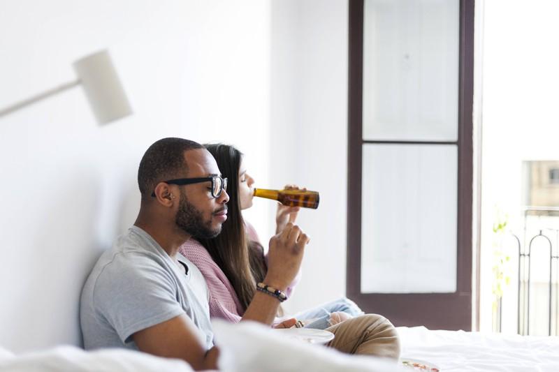 Viele trinken im Sommer ein Bier vor dem Schlafengehen, was ein Hygienefehler ist