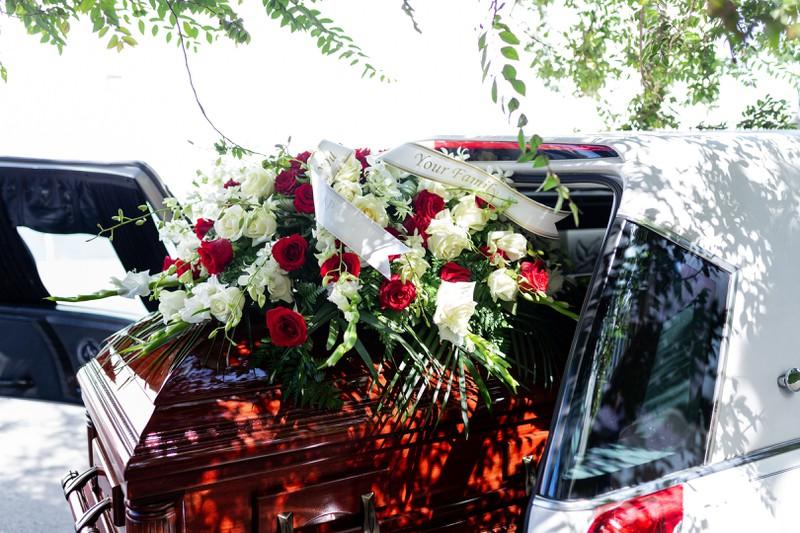 Die Beerdigung eines jungen Sohnes im Sarg, die Familienmitglieder und die Mutter trauernd zurücklässt