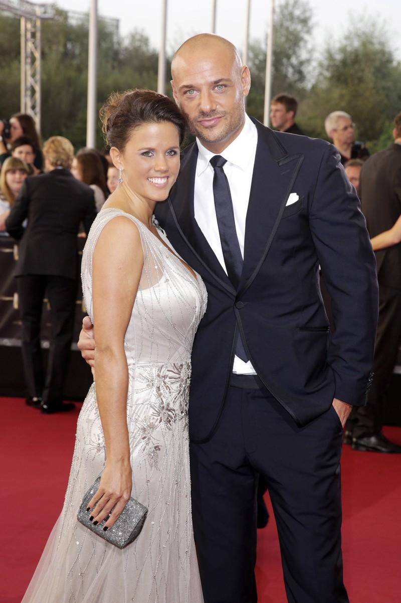 Ein Foto von Christian Tews und seiner Ehefrau Claudia Tews, die sich auf einer Rolltreppe in Berlin kennengelernt haben