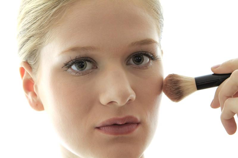 Puder kann verwischtes Make-up verhindern.