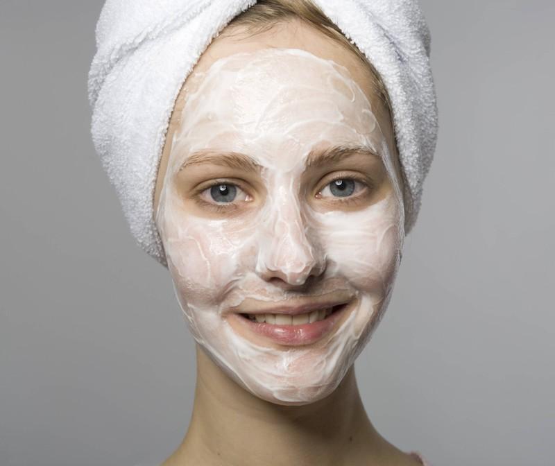 Um trotz Maske eine gute Haut zu haben, hilft es ab und zu eine pflegende Gesichtsmaske zu nutzen.