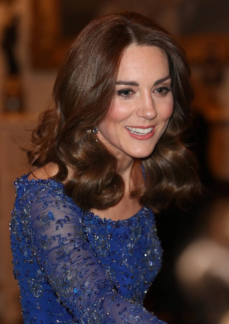 Herzogin Kate zeigt sich gerne mit hautengen Kleidern, aber man sieht nie ihre BH.
