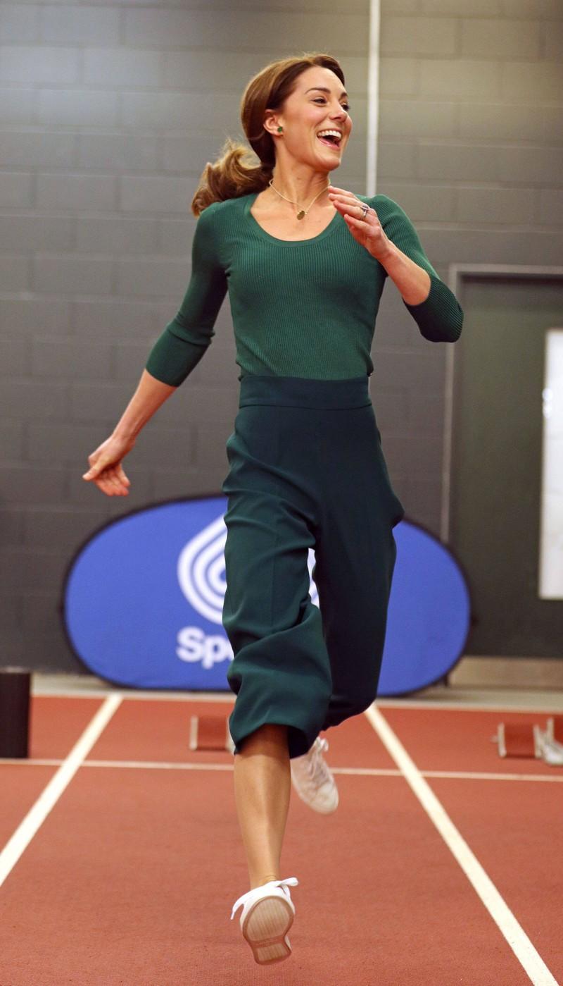 Kate läuft bei einer Sportveranstaltung und ihr Body aus Shapewear sitzt perfekt