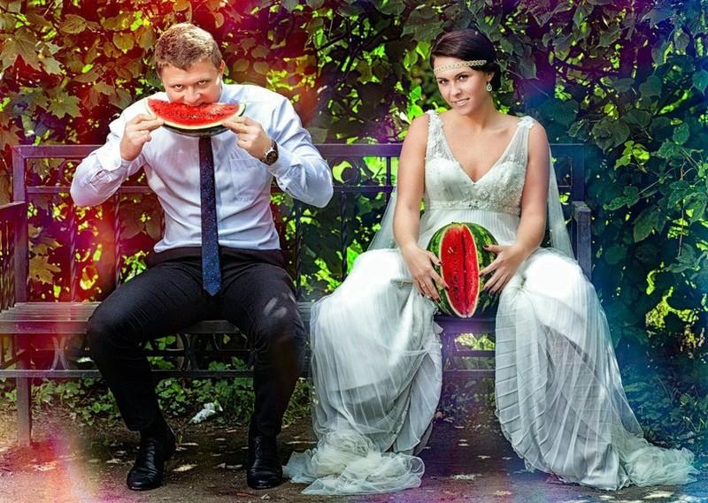 Das Hochzeitspaar hat eine Melone in der Hand