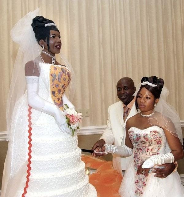 Die Hochzeitstorte sieht der Braut verdächtig ähnlich.
