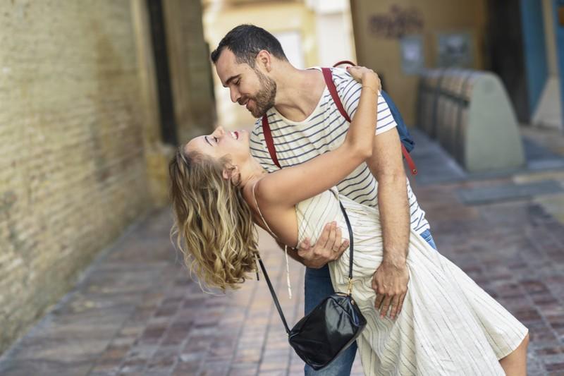 Sich gegenseitig zum Lachen zu bringen, ist für Paare wichtig.