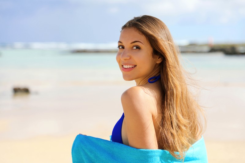 Ein Foto von einer Frau, die im Sommer ihre Haare zeigt, weil sie so schön glänzen