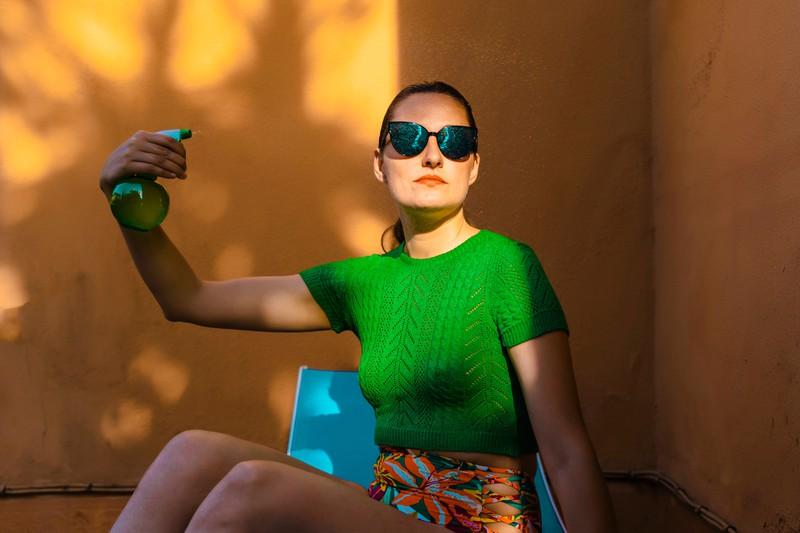 Ein UV-Schutz-Spray kann deine Haare im Sommer schützen.