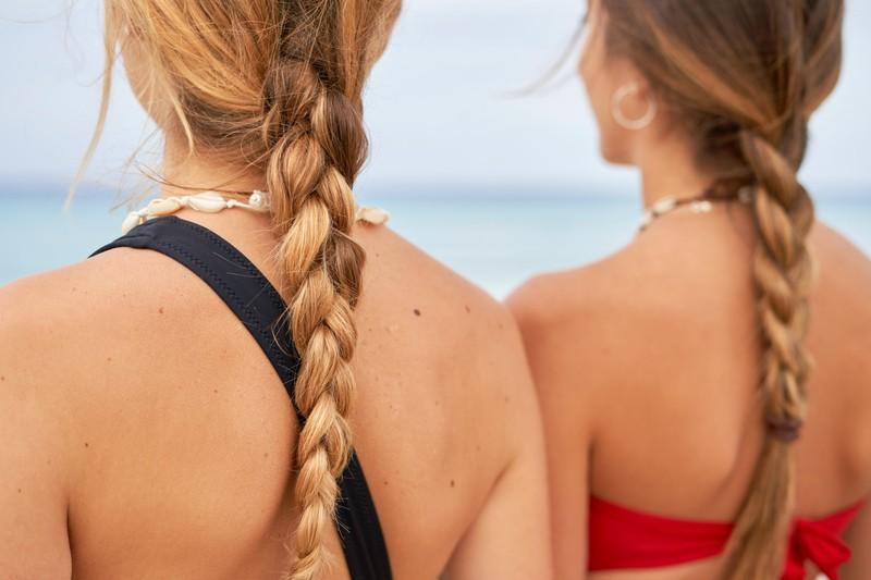 Eine Frau mit einer Flechtfrisur, die die Haare im Sommer schützen kann