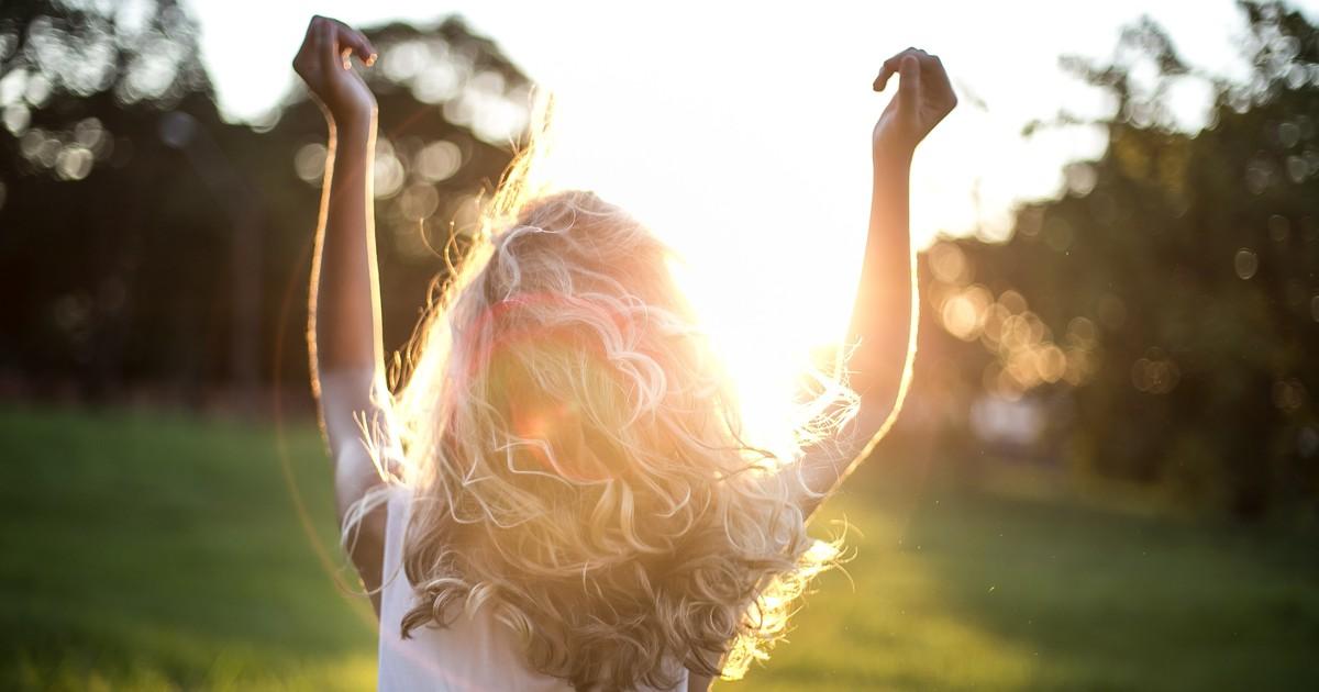 So schützt du deine Haare im Sommer vor Hitze