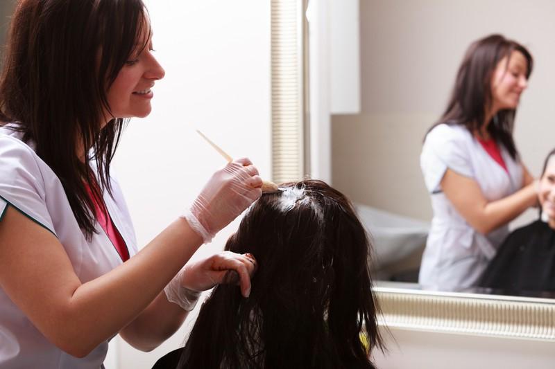 Gerade im Sommer solltest du deine Haare so wenig wie möglich färben oder aufhellen.