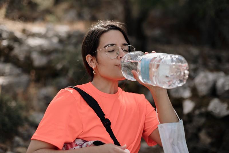 Im Sommer solltest du immer ausreichend Wasser zu dir nehmen: Deine Haut und Haare werden es dir danken.
