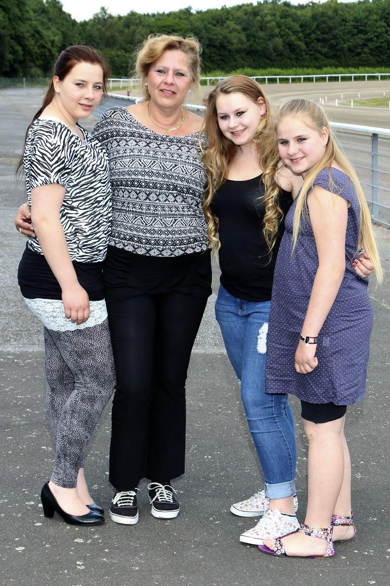 Ein Bild auf dem die Kinder der Wollnys und Mutter Silvia zu sehen ist