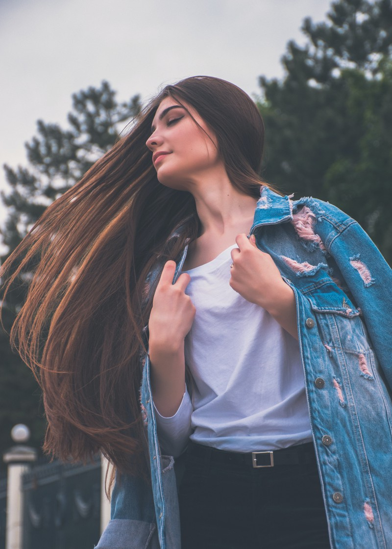 Eine Frau trägt extrem lange Haare