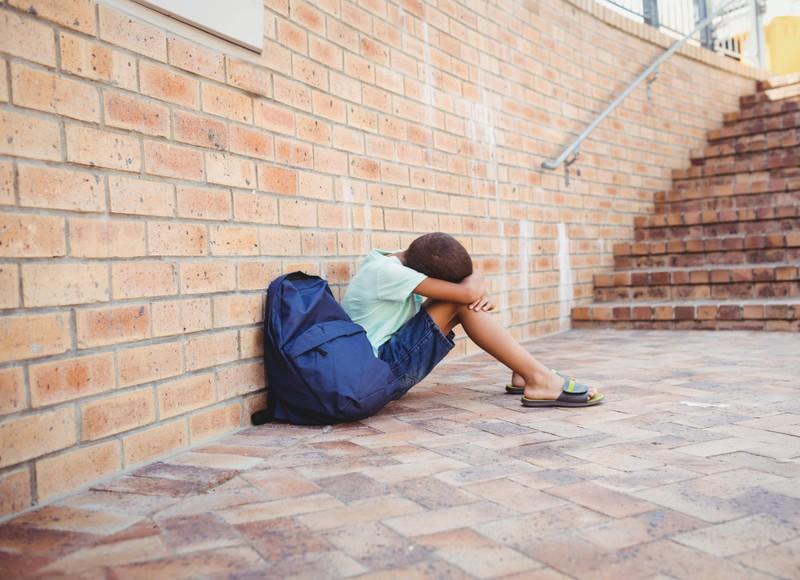 Der kleine Junge musste am 1. Schultag weinen.