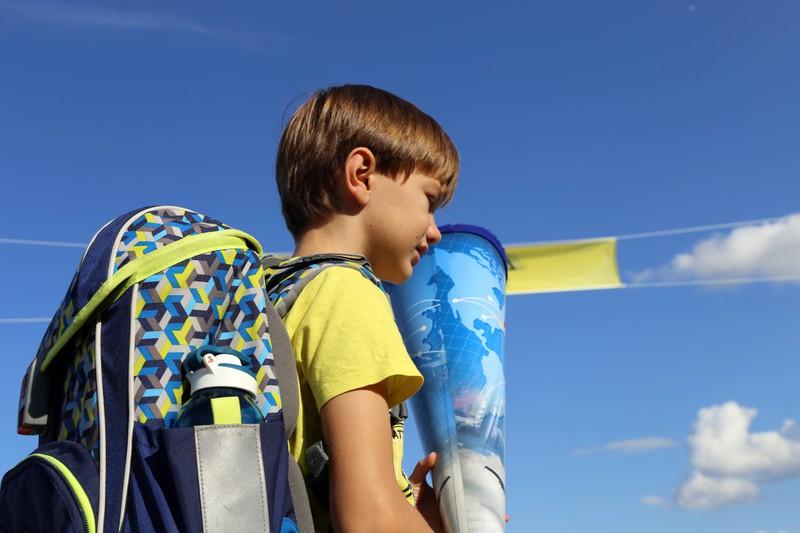 Der kleine Schuljunge musste an seinem 1. Schultag weinen.