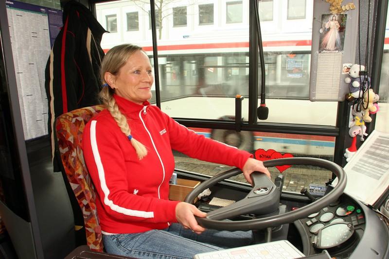 Die Busfahrerin freut sich am 2. Schultag des Jungen darüber, dass er sie anstrahlt.