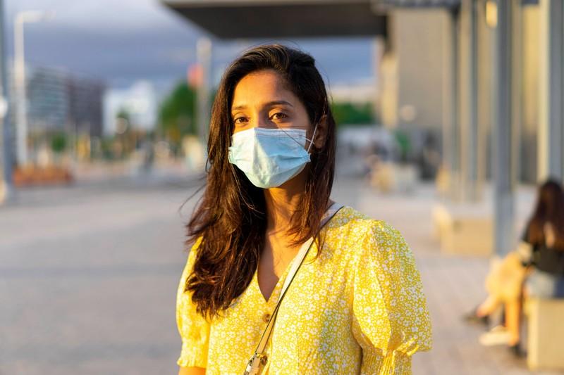 Um das Schwitzen unter dem Mundschutz zu vermeiden sollte man die Haut zwischendurch immer mal wieder atmen lassen