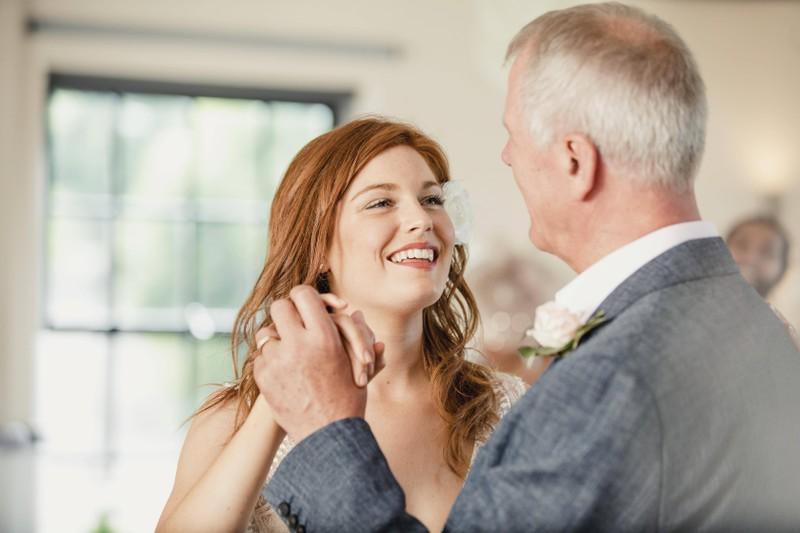 Der Brautvater übergibt seine Tochter traditionell dem Bräutigam.