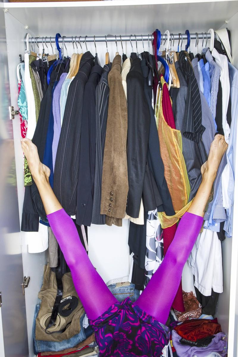Der Kleiderschrank der Frau ist zwar nicht voll, aber etwas eng.