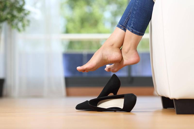 Oft werden hohe Schuhe in der Wohnung ausgezogen, weil sie so unbequem sind.