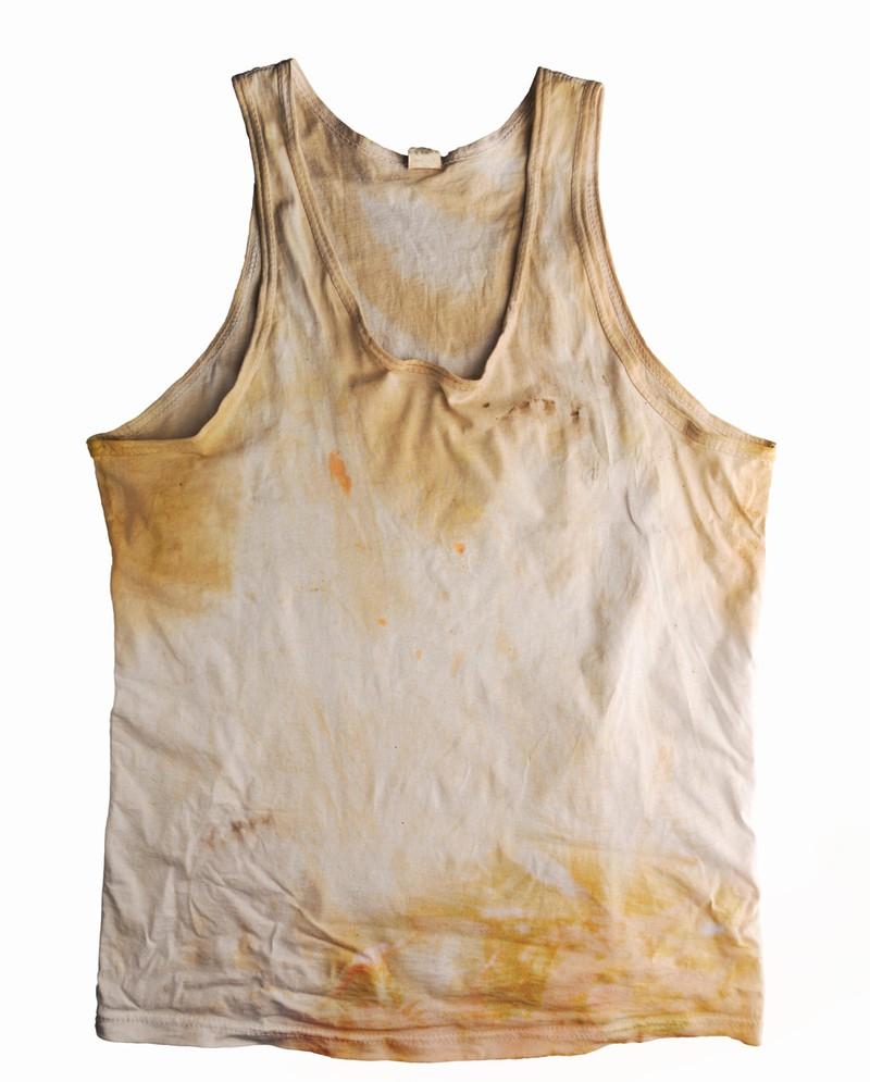 Wenn Kleidungsstücke fleckig sind, sollte man sie in den Müll schmeißen.