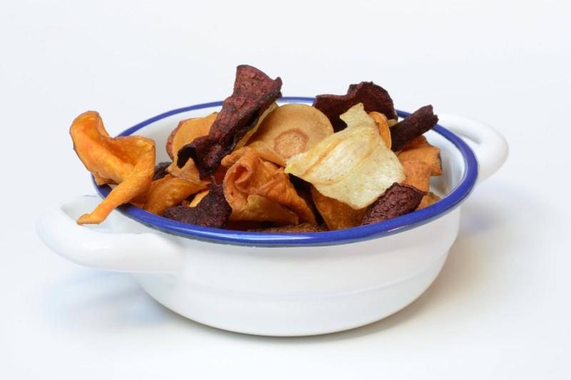 Man kann Gemüsechips statt Kartoffelchips essen, um abzunehmen.