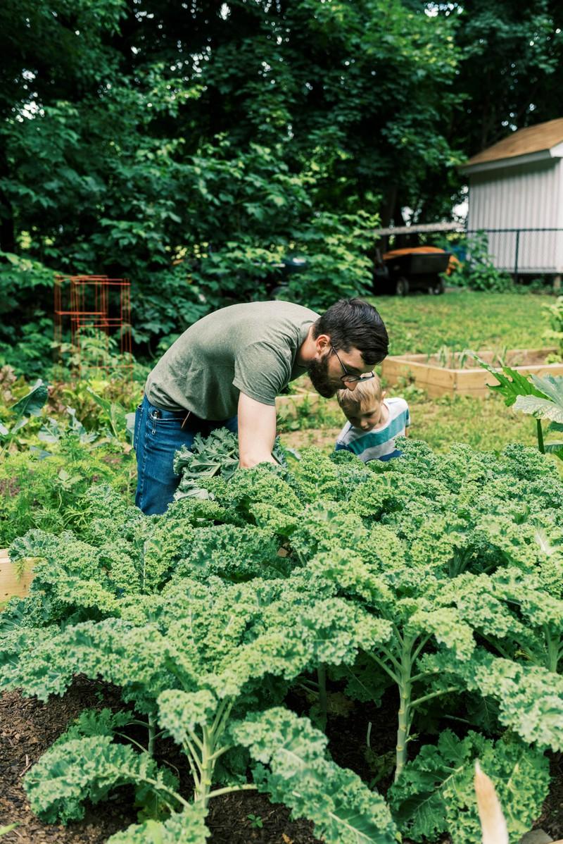 Ein Mann im Garten will keinen Stress in der Liebe