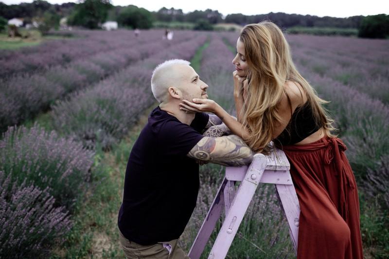 Eine Frau berüht ihren Mann im Gesicht