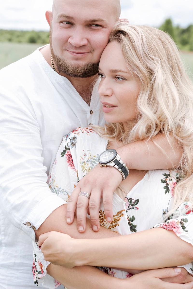 Mann und Frau haben eine glückiche Beziehung