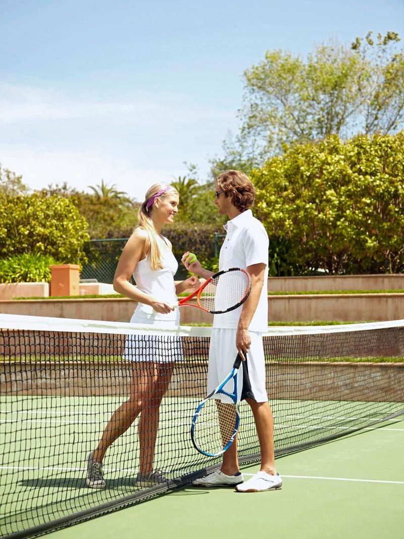 Sie spielt mit einem Mann Tennis, weil sie dasselbe Hobby haben