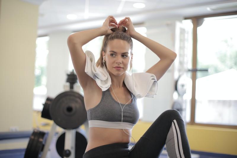 Eine Frau, die in ihrem Sportoutfit im Fitnessstudio trainieren geht