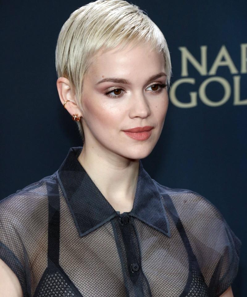 Stars wie Emilia Schüle lieben jegliche Formen des  Kurzhaar-Looks.