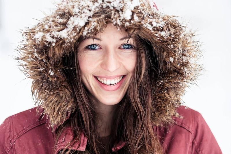 Im Winter laden sich die Haare häufiger elektrisch auf.