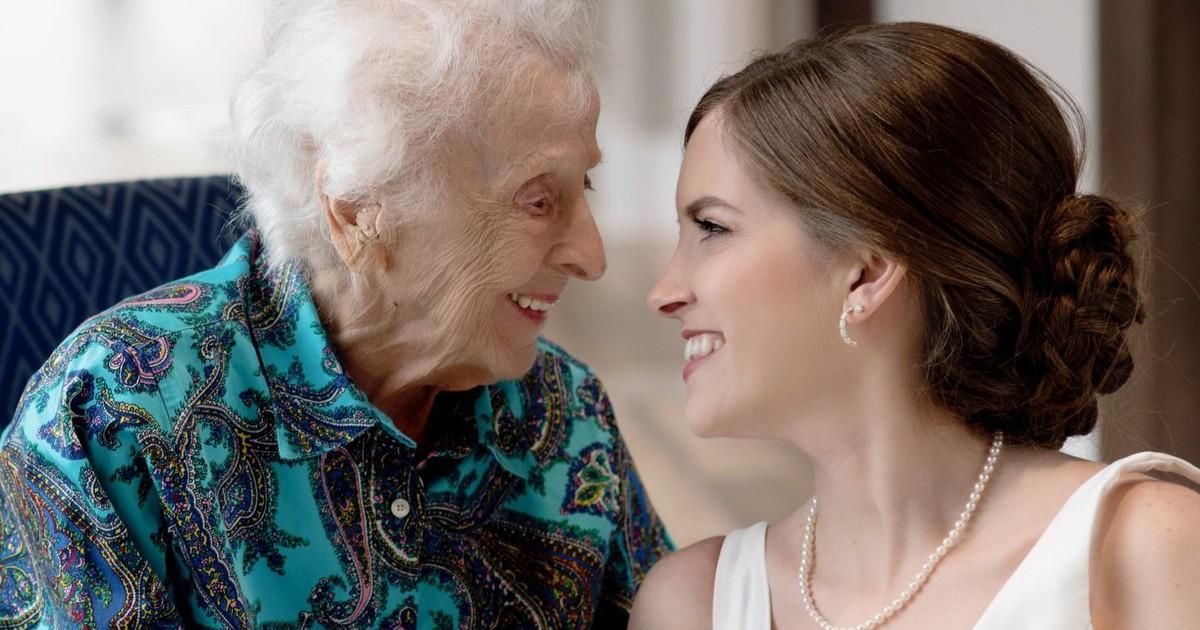 Letzter Wunsch: Braut besucht im Hochzeitskleid ihre Oma im Hospiz