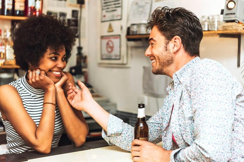 Geteilte Aufmerksamkeit könnte ein Anzeichen sein, dass er andere Frauen neben dir datet.