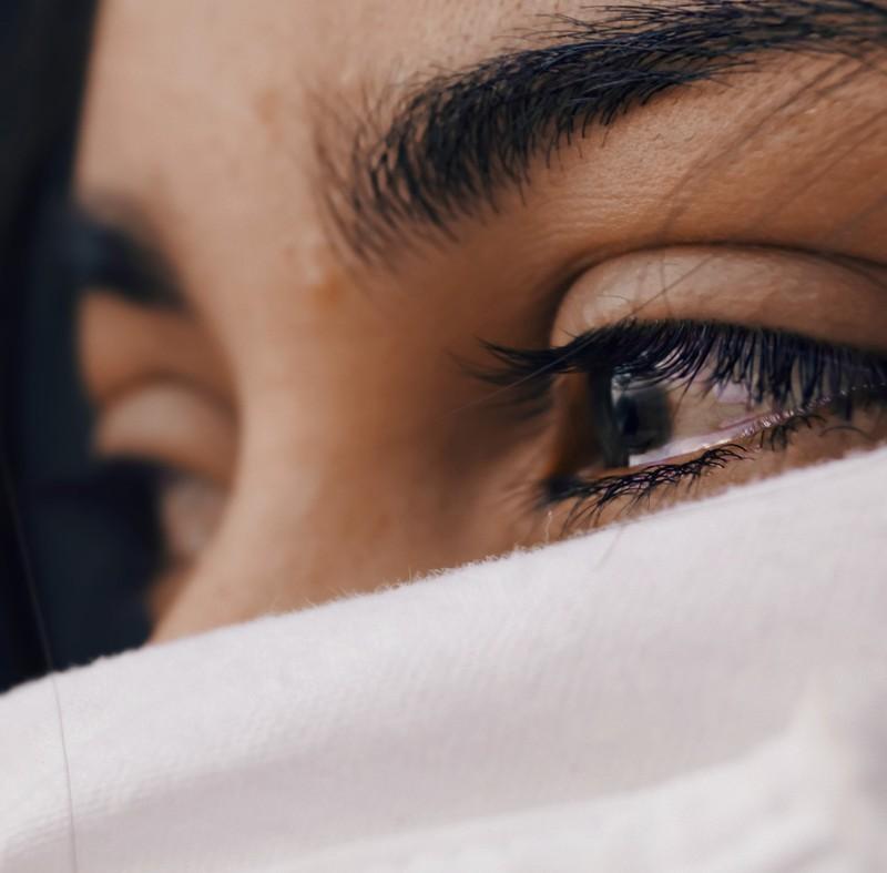 Ein Foto einer Frau, die weint, weil sie in einer Beziehung von Emotionen gesteuert ist