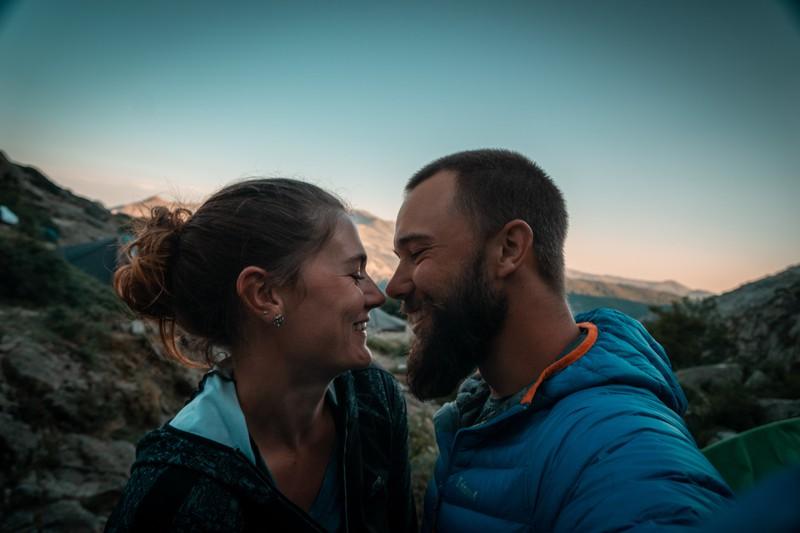 Ein Foto von einer Frau und einem Mann, die in der Partnerschaft viel Spontanität erleben, was aber auch zur Trennung führen kann