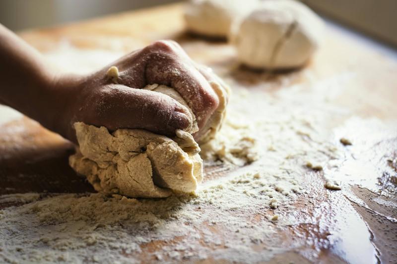 Ein Foto von einem Brotteig, in dem alte Zwiebelschalen verarbeitet werden können
