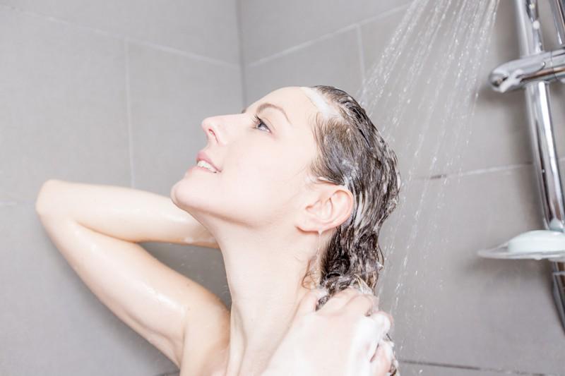 Eine Frau, die Zwiebelschalen für eine Haarspülung zur Haartönung verwendet