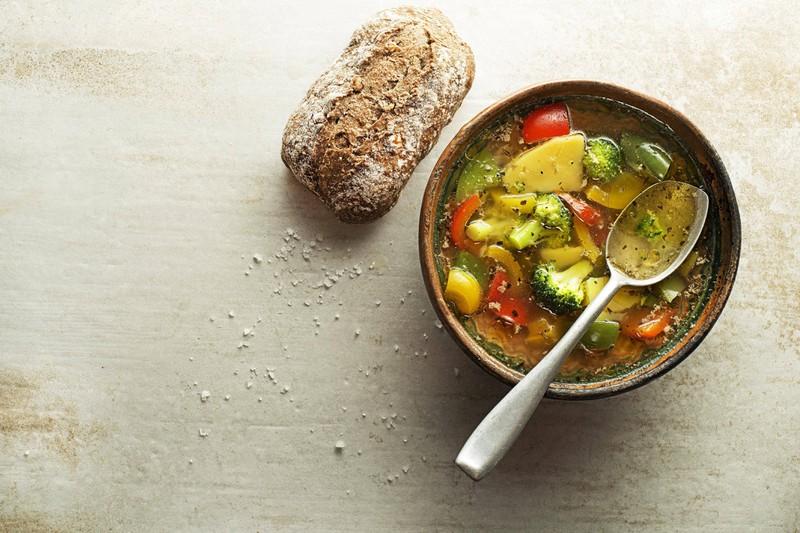 Eine Gemüsesuppe, in die auch wunderbar Zwiebelschalen hinzugefügt werden können