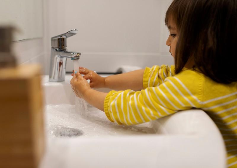Das kleine Mädchen möchte keine Seife benutzen und die Eltern bringen ihr nicht bei, dass es sich gehört.