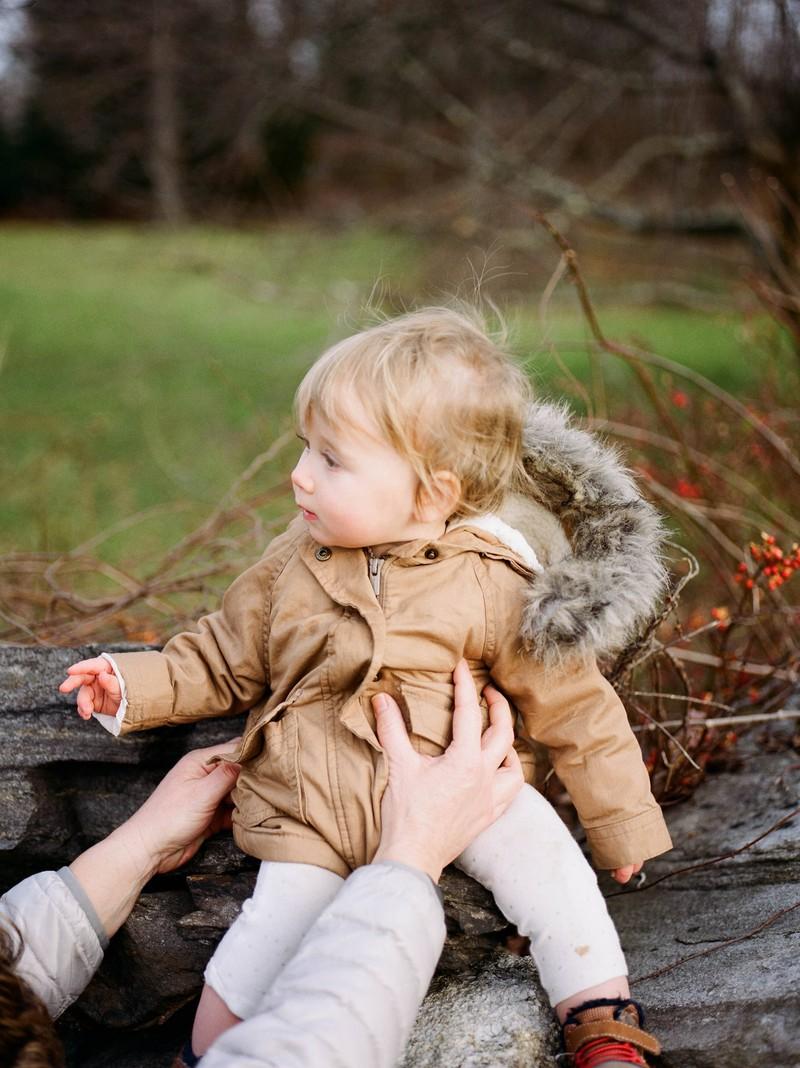 Die verantwortungslose Mutter hatte ihr armes Kind bei Minusgraden draußen gelassen.