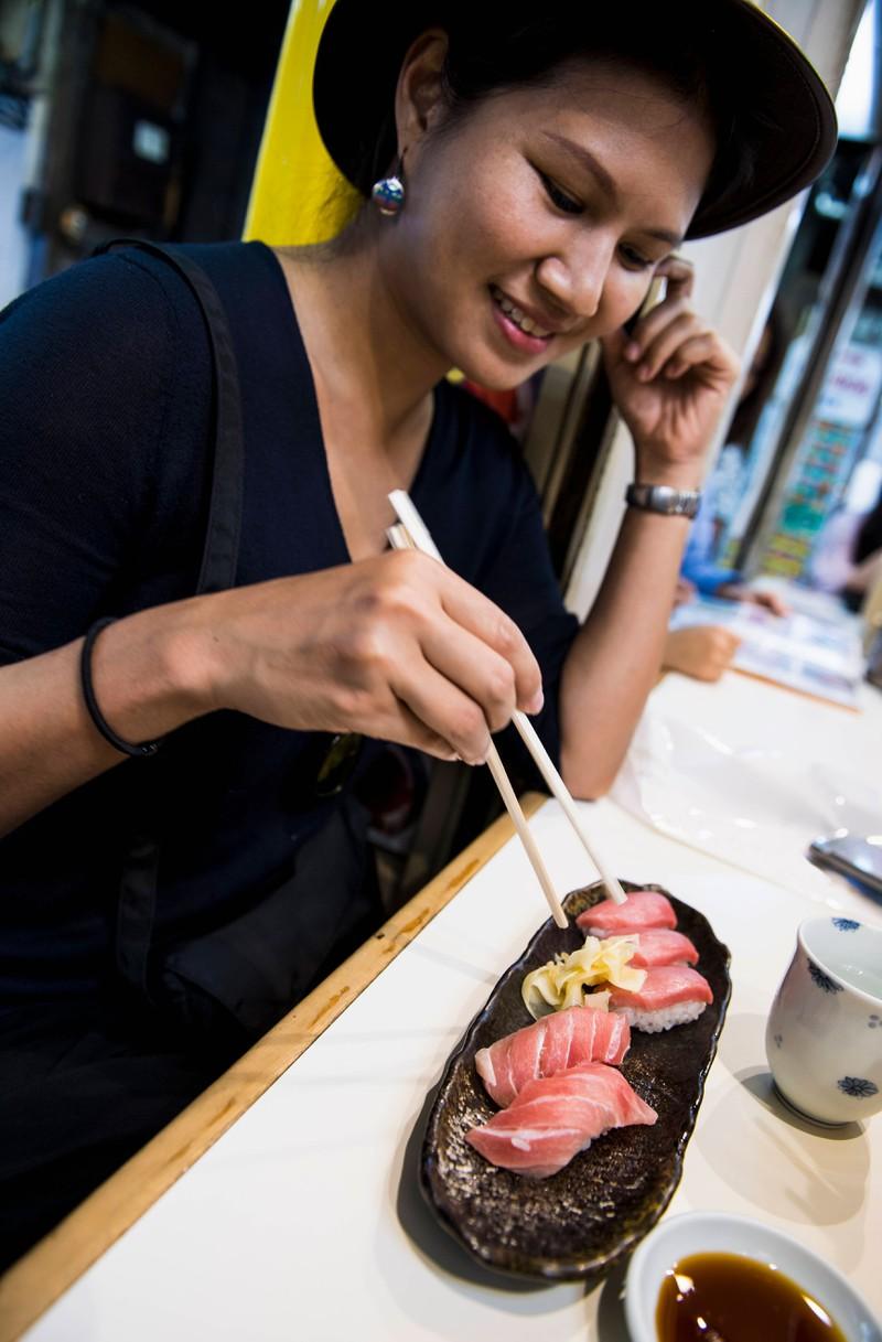 Eine Frau isst Sushi
